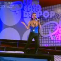 Une chanteuse dévoile accidentellement un sein à la télévision