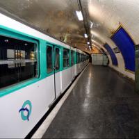 Paris : un jeune veut se filmer sur le toit du métro et se tue