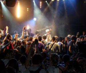 Tout le public sur scène pour le concert de 1995 au Trabendo pour So Music le 10 juin 2013
