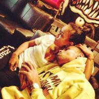 Chris Brown : Rihanna zappée, gros câlin avec Karrueche Tran sur Instagram