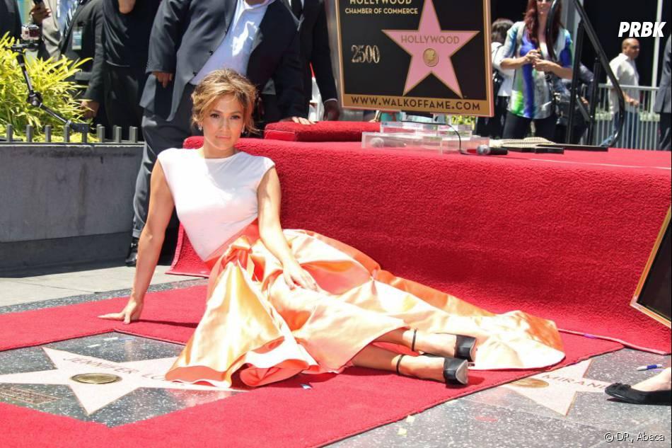 Jennifer Lopez radieuse et souriante sur le Walk of Fame de Los Angeles jeudi 20 juin 2013.