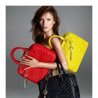 Kate Moss : nue mais couverte de sacs pour Versace