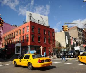 Les affiches de Kate Moss pour Stuart Weitzman ont même causé des accidents en mars 2013 à Manhattan
