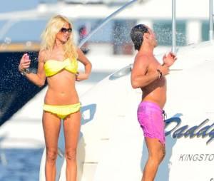 Victoria Silvstedt en bikini jaune sur un yacht à Saint-Tropez