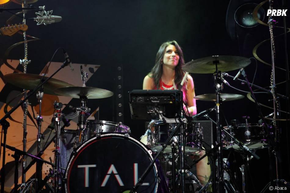 Tal derrière la batterie pendant le concert Orange RockCorps 2013