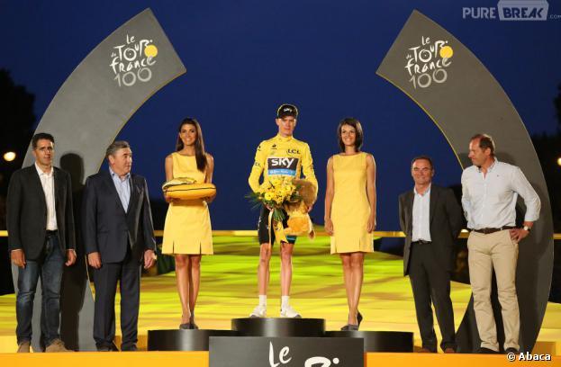 Christopher Froome vainqueur du Tour de France 2013 lors de la remise des trophées sur les Champs-Elysées.