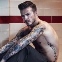 David Beckham : (presque) tout nu et tout tatoué pour H&M