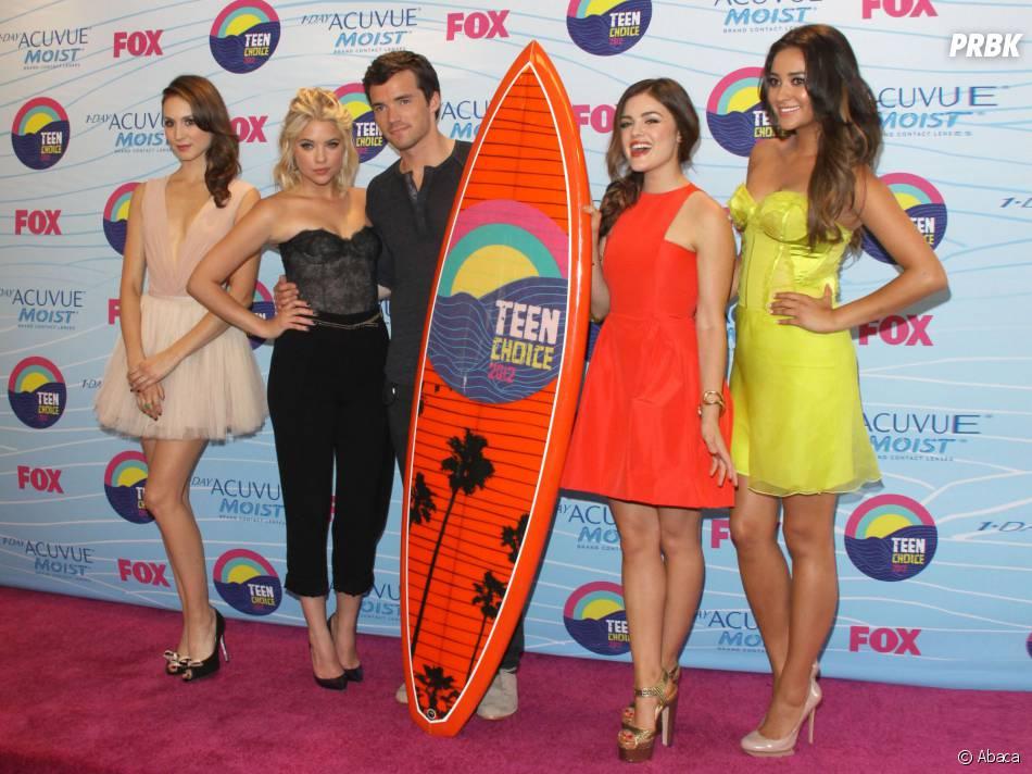 Pretty Little Liars : Ian Harding en compagnie de Shay Mitchell, Troian Bellisario, Ashley Benson et Lucy Hale aux Teen Choice Awards 2012