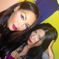 """Nabilla Benattia en mode sexy girl avec sa """"soeur"""" sur Facebook"""