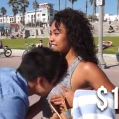 Des passantes se laissent tripoter les seins... pour la bonne cause (VIDEO)