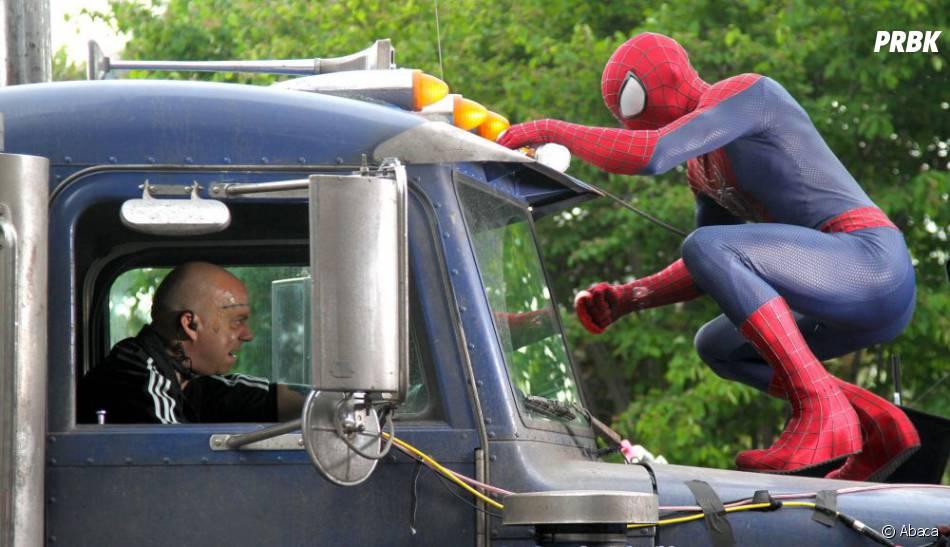 Spider-Man face au Rhino dans The Amazing Spider-Man 2