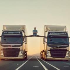 Jean-Claude Van Damme : grand écart entre 2 camions en marche, like a boss