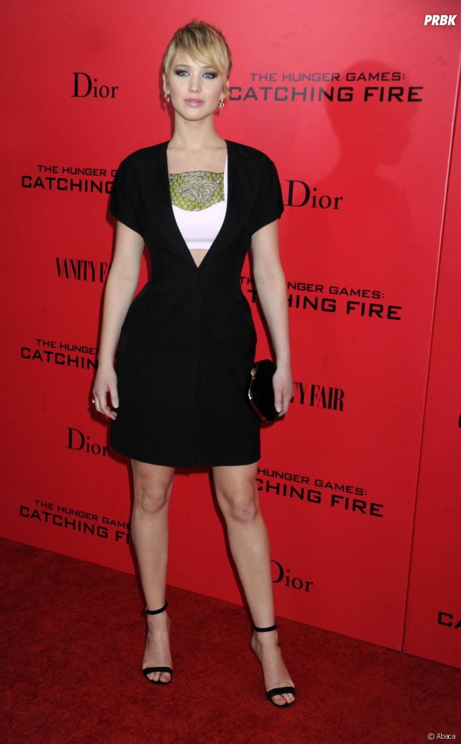 Jennifer Lawrence prend la pose à l'avant-première d'Hunger Games l'embrasement à New York le 20 novembre 2013