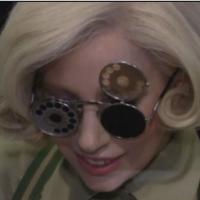 Lady Gaga : lunettes bizarres et talons improbables pour son arrivée au Japon