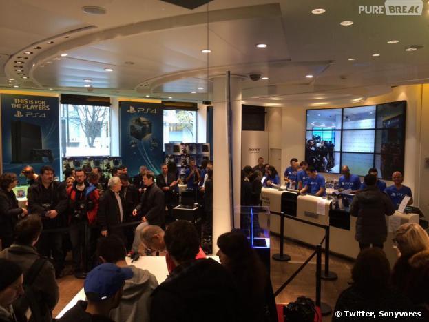 PS4 : longue file d'attente devant et dans la boutique parisienne de Sony