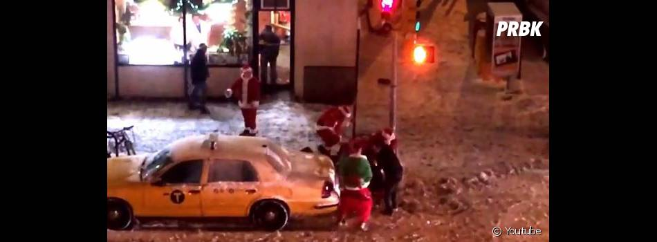 Baston de Pères Noël en plein New-York
