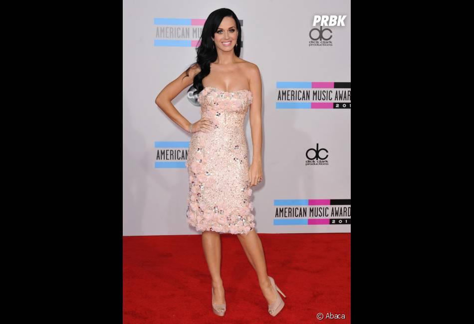 Katy Perry exhibe sa poitrine sur le tapis rouge des American Music Awards 2010