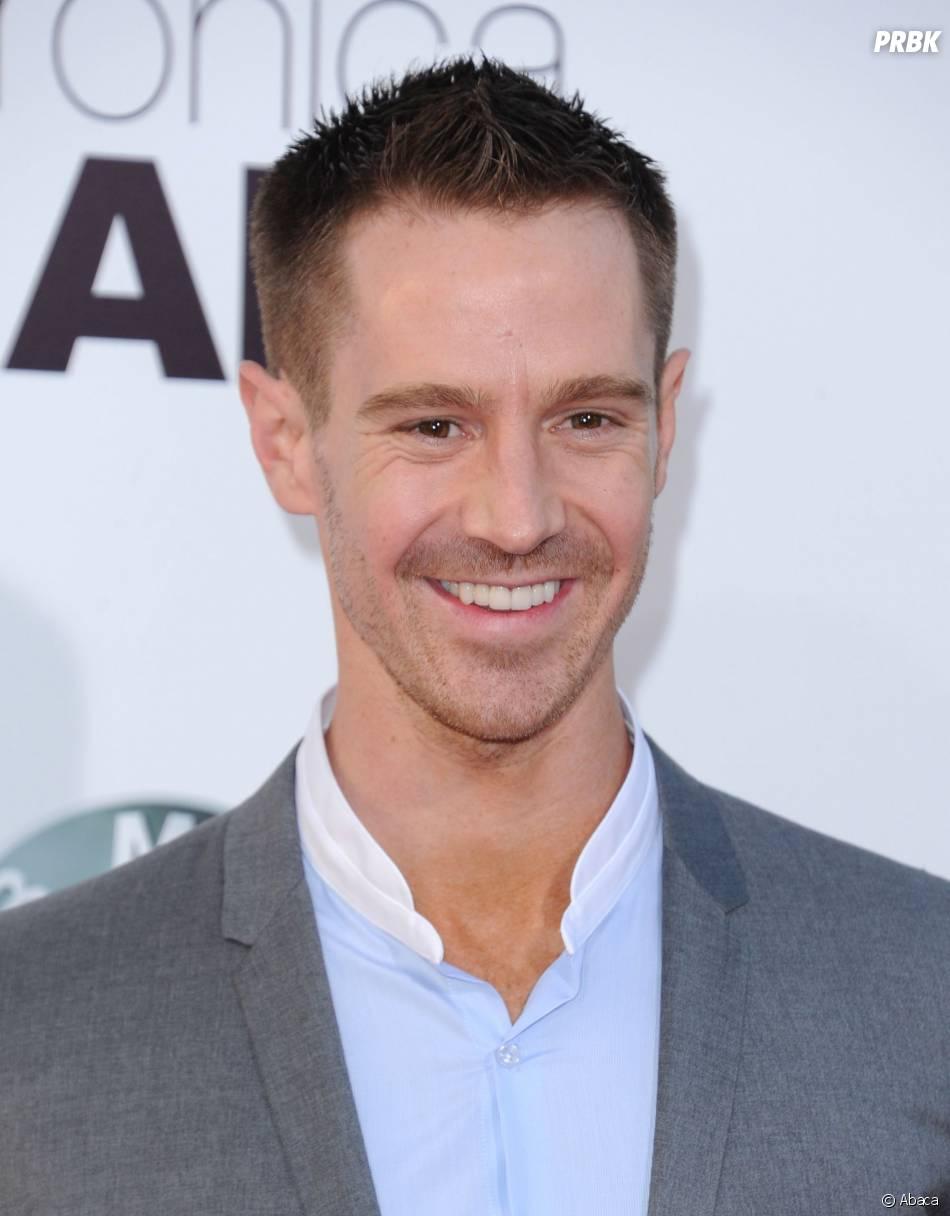 Veronica Mars, le film : Jason Dohring souriant sur le tapis rouge de l'avant-première, le 12 mars 2014 à L.A