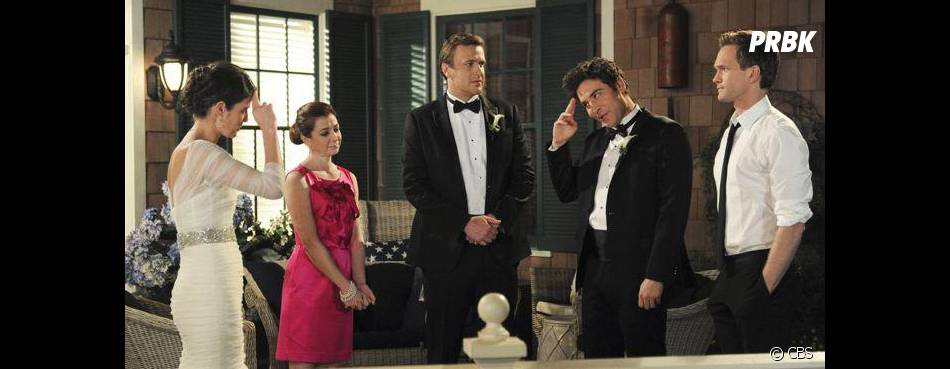 How I Met Your Mother saison 9 : Lily, Ted, Barney, Robin et Marsall sur une photo du final
