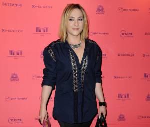 """Marilou Berry avant/après en blonde pour la sortie du film """"Joséphine"""" sur les Champs Elysées, juin 2013"""