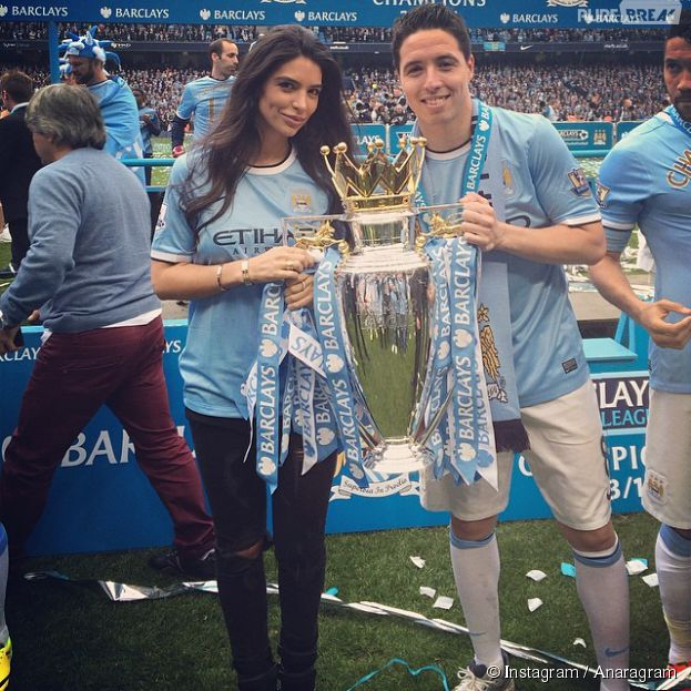 Anara Atanes et Samir Nasri avec la Coupe du Championnat anglais