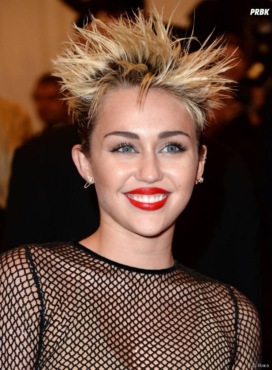 Miley cyrus une coiffure en mode prise lectrique pour - Coiffure a la mode ...