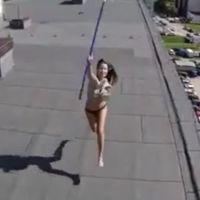 Une fille bronze topless sur un toit... et se fait surprendre par un drone
