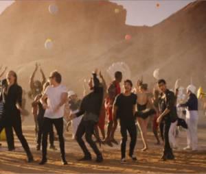 One Direction : Steal My Girl, le clip loufoque avec des sumos, des maasaïs, des majorettes, un singe et Dany DeVito