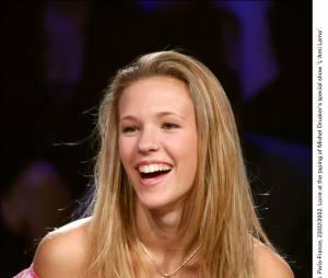 Lorie souriante sur le plateau d'une émission de Michel Drucker en 2002