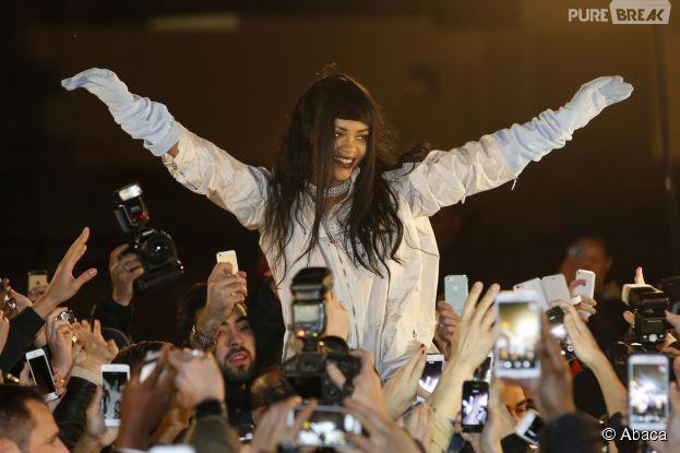 Rihanna : câlins et selfies avec ses fans à Paris, le 18 décembre 2014