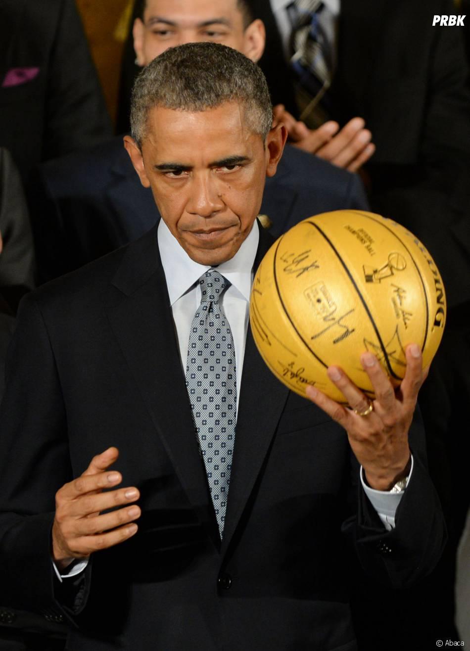 Barack Obama et un ballon de basket signé par ls Spurs, le 12 janvier 2015 à la Maison Blanche (Etats-Unis)
