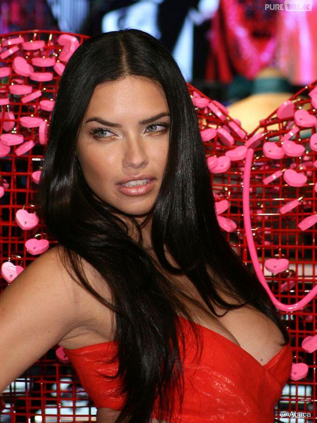 Adriana Lima ultra sexy en robe rouge pour une soirée Victoria's Secret de Saint Valentin à Las Vegas, le 3 février 2015