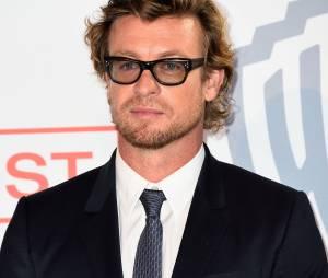 Simon Baker prend la pose, le 6 février 2015 au siège de TF1