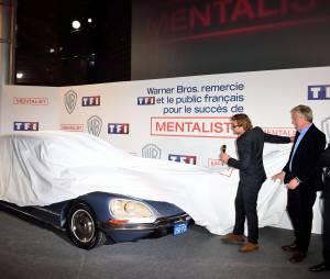 Simon Baker offre la voiture du Mentalist, le 6 février 2015 au siège de TF1