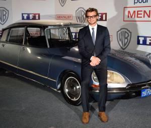 Simon Baker devant la voiture du Mentalist, le 6 février 2015 au siège de TF1