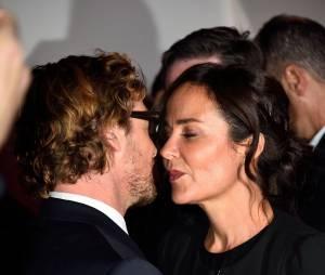 Simon Baker et sa femme Rebecca Rigg, le 6 février 2015 au siège de TF1