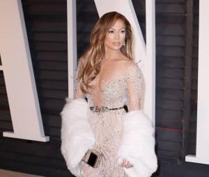 Jennifer Lopez sexy et décolletée à l'after party des Oscars 2015 organisée par Vanity Fair le 22 février