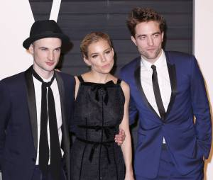 Tom Sturridge, Sienna Miller et Robert Pattinson à l'after party des Oscars 2015 organisée par Vanity Fair le 22 février