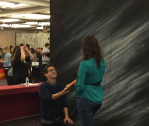 Kevin McHale en pleine photoshoot à la convention Gleek Reunion les 21 et 22 mars 2015 à Paris