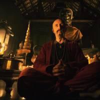 Gad Elmaleh méconnaissable en chauve moustachu sur le tournage de Pattaya