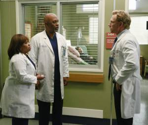 Grey's Anatomy saison 11, épisode 22 : Miranda, Richard et Owen sur une photo