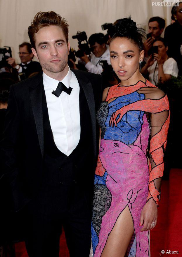 Robert Pattinson et FKA Twigs en couple sur le tapis rouge du MET Gala 2015 à New-York, le 4 mai 2015