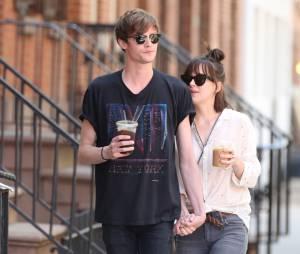 Dakota Johnson en pleine balade amoureuse avec son petit-amie Matthew Hitt, le 7 mai 2015 à New York
