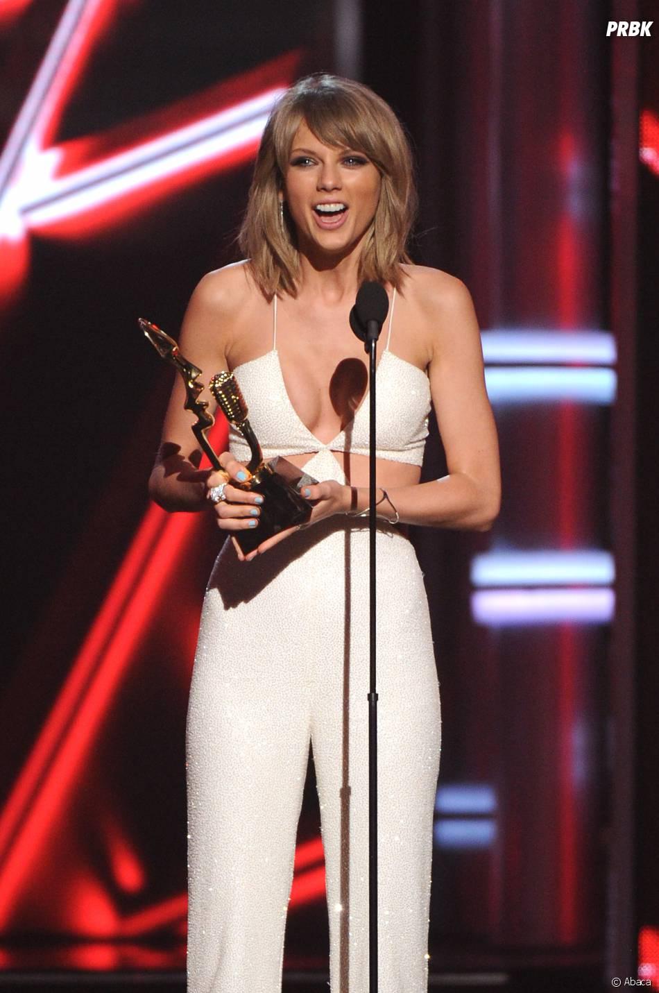 Taylor Swift sexy en blanc et grande gagnante des Billboard Music Awards 2015, le 17 mai 2015 à Las Vegas