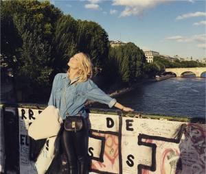 Candice Accola : moment de détente sur le pont des Arts à Paris en mai 2015