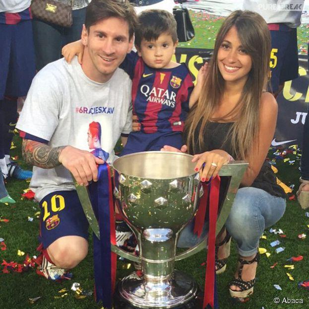 Lionel Messi, Thiago et Antonella fêtent la victoire du FC Barcelone en Liga le 23 mai 2015 au stade Camp Nour à Barcelone