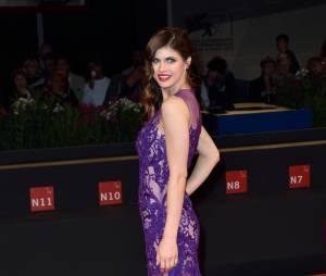 Alexandra Daddario sexy en robe transparente lors d'une soirée