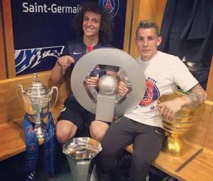 David Luiz et Lucas Digne célèbrent la victoire du PSG en Coupe de France et son quadruplé dans les vestiaires du Stade de France, le 30 mai 2015