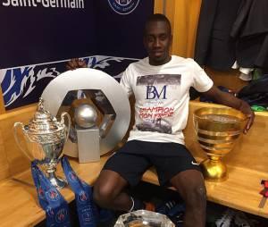 Blaise Matuidi célèbre la victoire du PSG en Coupe de France et son quadruplé dans les vestiaires du Stade de France, le 30 mai 2015