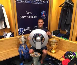 Gregory van der Wiel célèbre la victoire du PSG en Coupe de France et son quadruplé dans les vestiaires du Stade de France, le 30 mai 2015